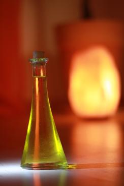 Ölfläschchen vor Steinlampe
