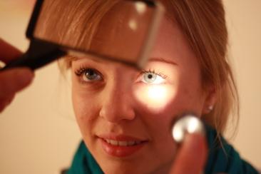 Patientin bei der Iris-Diagnose